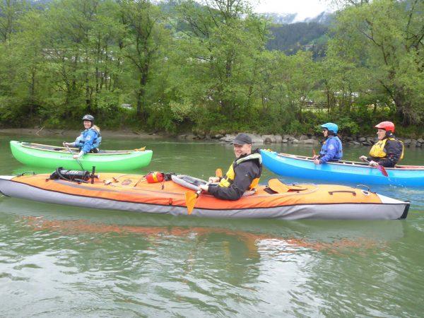 unterschiedliche Boote paddeln am Ziller - Anpaddeln des TWV Kanusport Innsbruck am Ziller 2020
