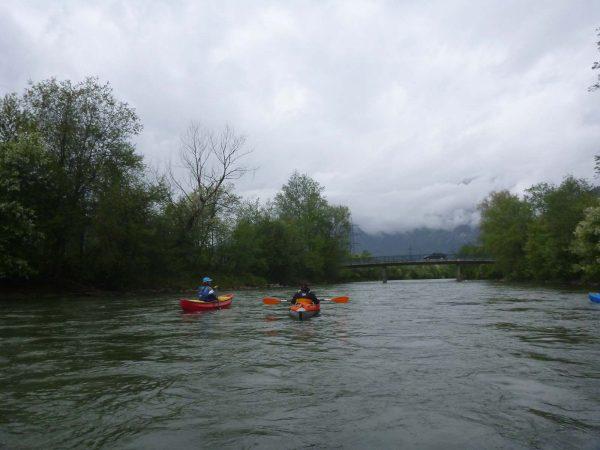 Boote paddeln in schöner Landschaft am Ziller - TWV Anpaddeln am Ziller 2020